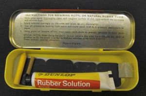 VINTAGE DUNLOP R0/7 MADE IN ENGLAND 'LONG' CYCLE PUNCTURE REPAIR KIT (INSIDE VIEW)