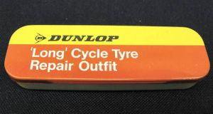 VINTAGE DUNLOP R0/7 MADE IN ENGLAND 'LONG' CYCLE PUNCTURE REPAIR KIT (TOP VIEW)
