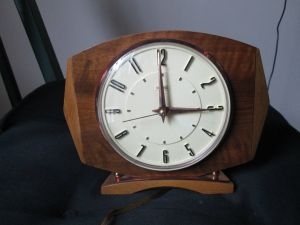 Vintage electric mantel clock by Metamec. Made in England