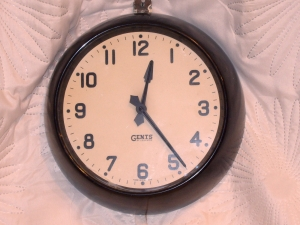 VINTAGE UK MADE GENTS BAKELITE WHITE FACE ELECTRIC WALL CLOCK 11
